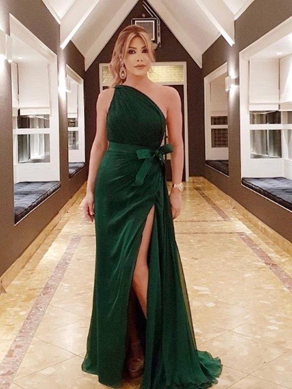فستان باللون الأخضر الزيتي تألقت به نوال الزغبي