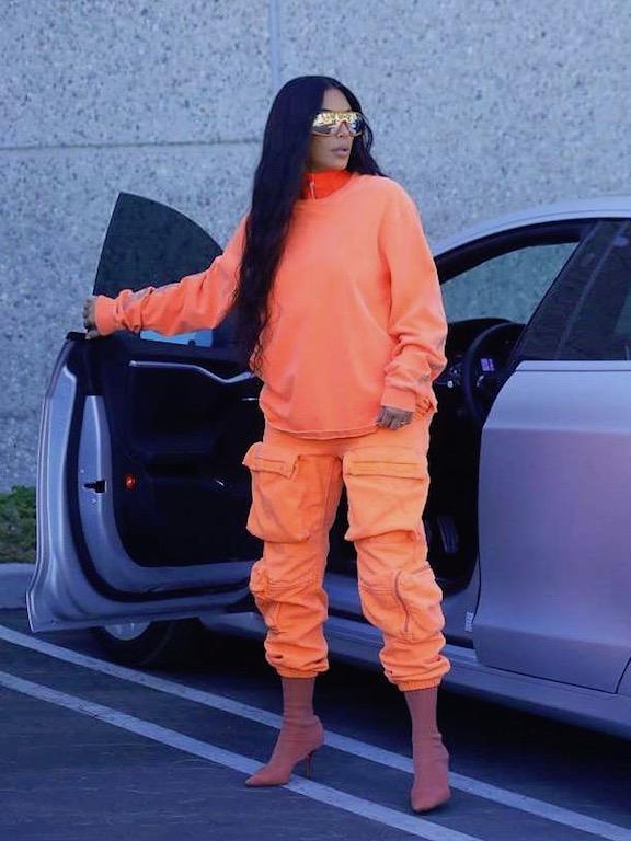 كيم كارداشيان باللون البرتقالي