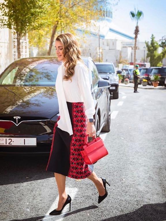 الملكة رانيا في التنورة المطرزة