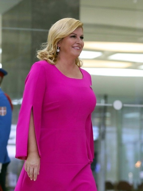 رئيسة كرواتيا كوليندا غرابار كيتاروفيتش باللون الفوشيا