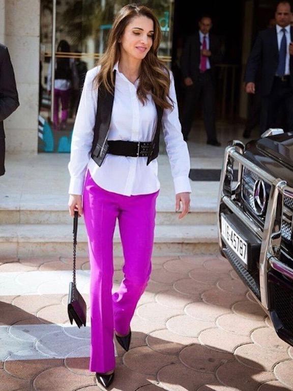الملكة رانيا في البنطلون الفوشيا