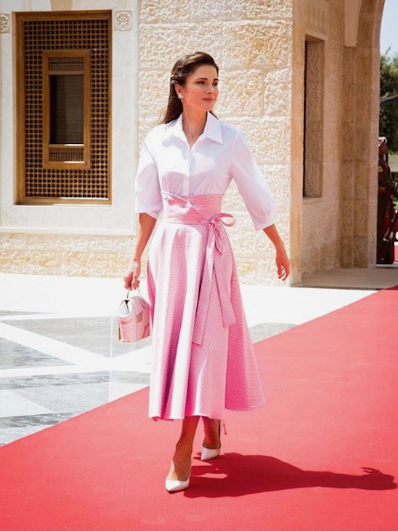 الملكة رانيا في التنورة الزهرية