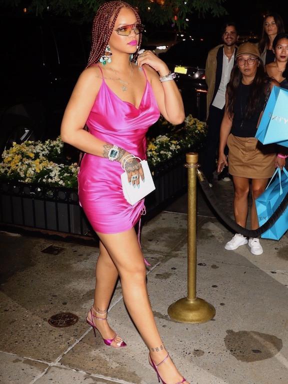 فستان حرير باللون الفوشيا اختارت ريهانا