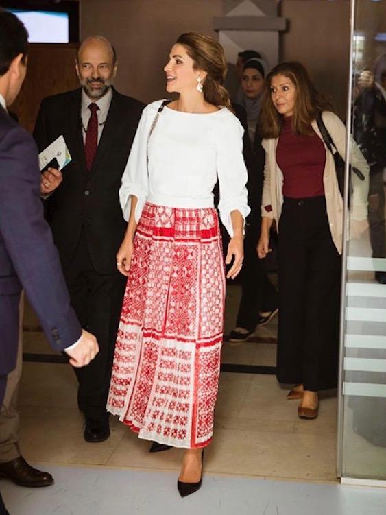 الملكة رانيا في التنورة المعرقة