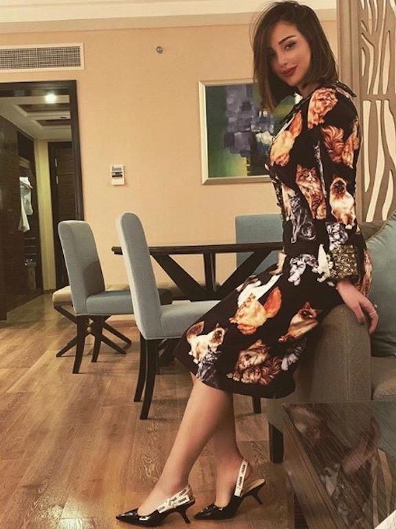 فستان مُطبّع برسومات القطط اختارته بسمة بوسيل