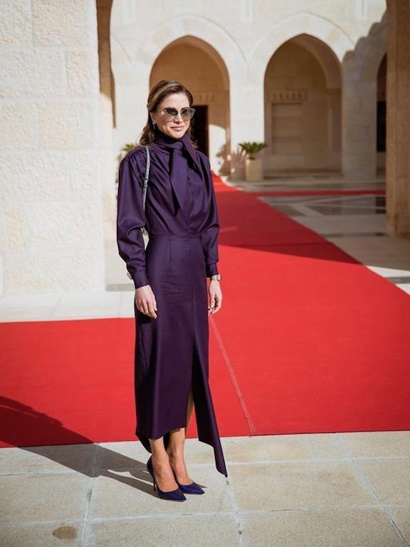 الملكة رانيا في فستان ماكسي باللون البنفسجي