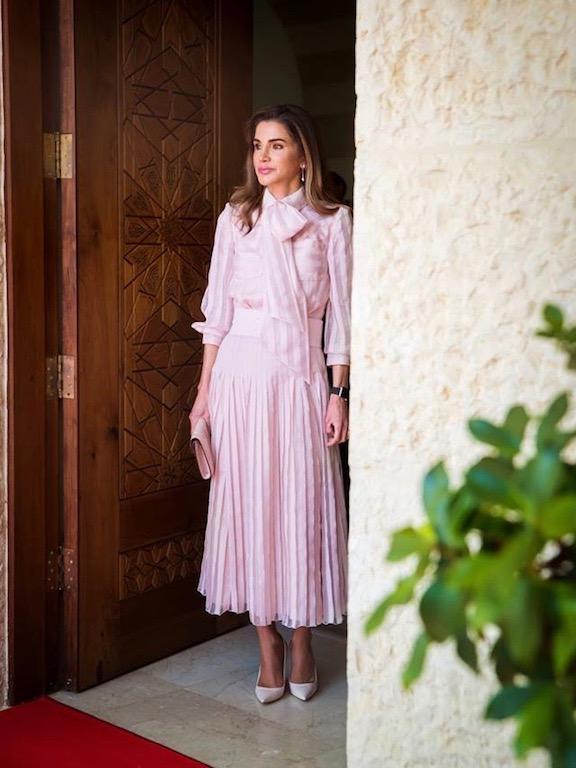 فستان باللون الزهري من رالف أند روسو تألقت به الملكة رانيا