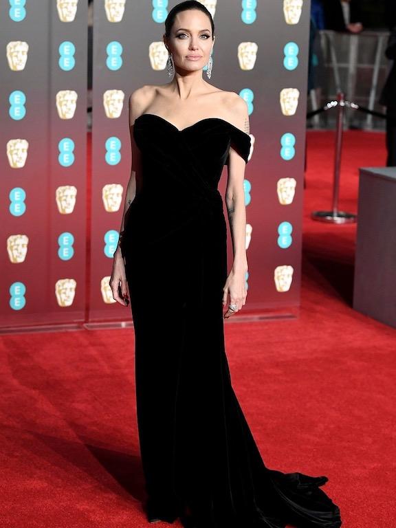 انجيلينا جولي في فستان أسود من رالف أند روسو