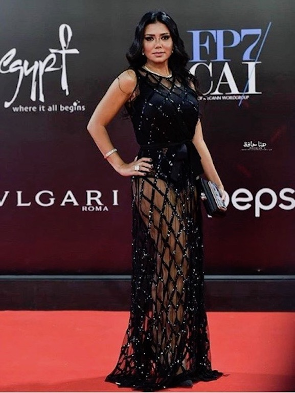 رانيا يوسف في فستان شفاف باللون الأسود