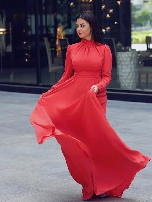 شهد الجيملي في فستان ماكسي أحمر