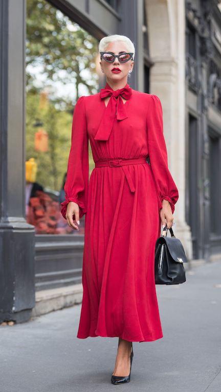الليدي غاغا في فستان أحمر