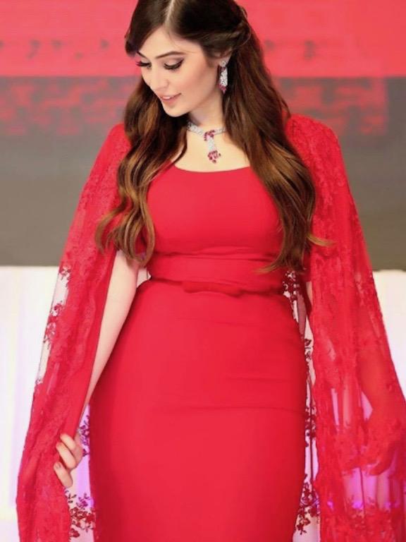 زينت رؤى الصبان فستانها الأحمر بمجوهرات ماسية