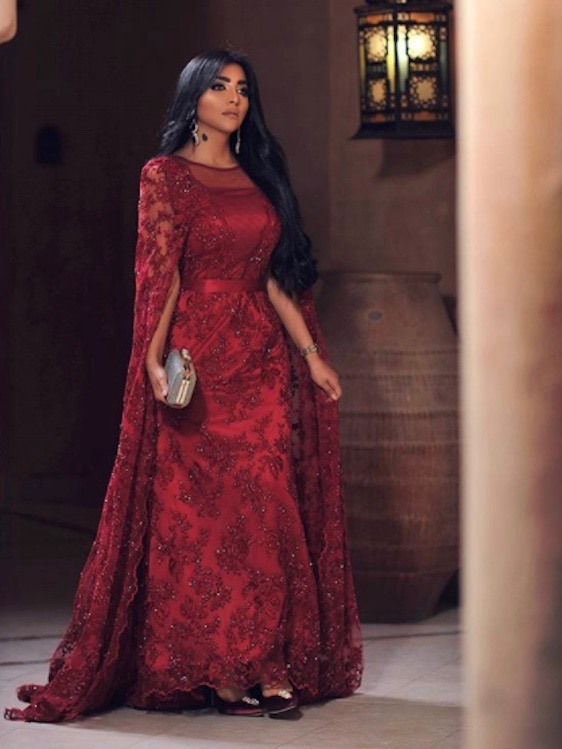 بثينة الرئيسي في فستان سهرة أحمر