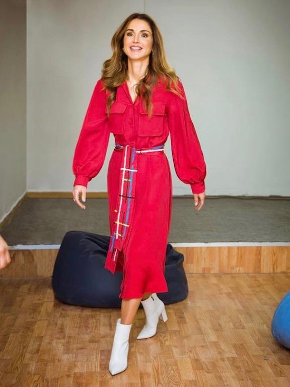 الملكة رانيا في اطلالة عصرية في فستان باللون الأحمر