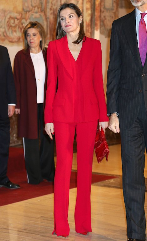 الملكة ليتيزيا في بدلة باللون الأحمر