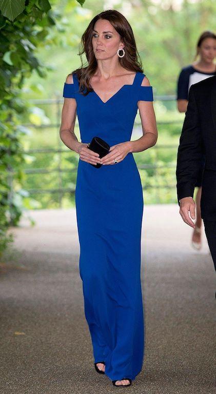 كايت ميدلتون في فستان سهرة أزرق من رولاند موريه