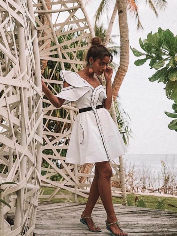 فستان أبيض ناعم اختارته نادية حسن