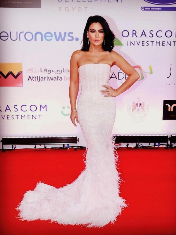 صبا مبارك في إطلالة فاخرة في فستان أبيض