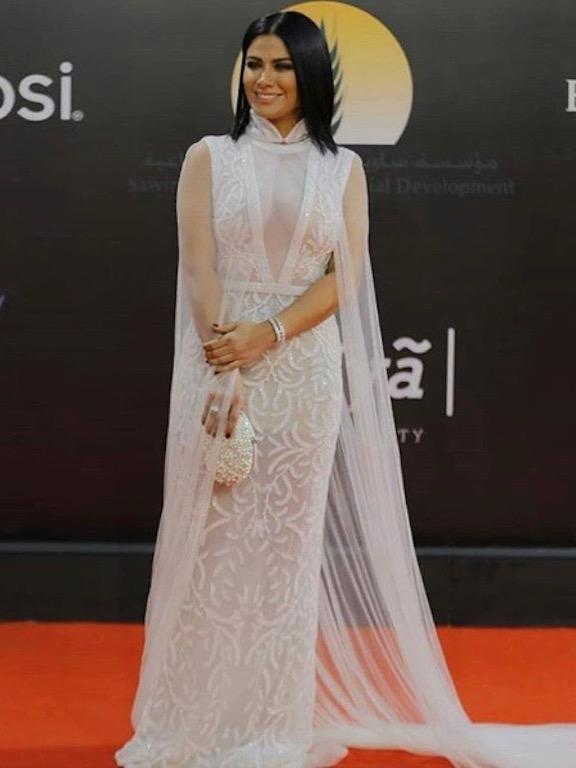 صبا مبارك في فستان أبيض من أماتو