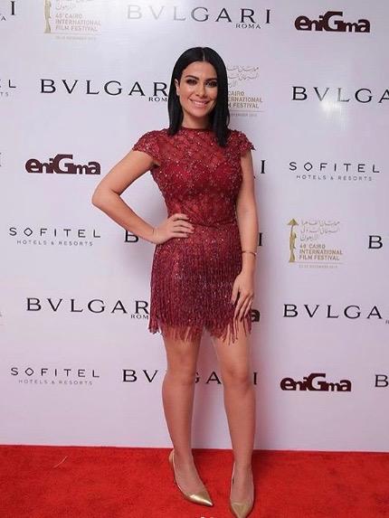صبا مبارك في فستان أحمر قصير مزين بالشراريب