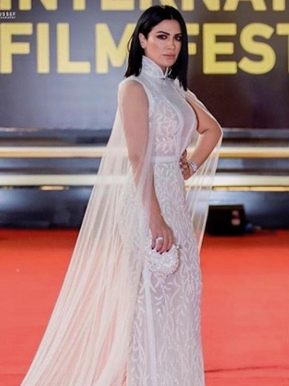 صبا مبارك في فستان سهرة باللون الأبيض