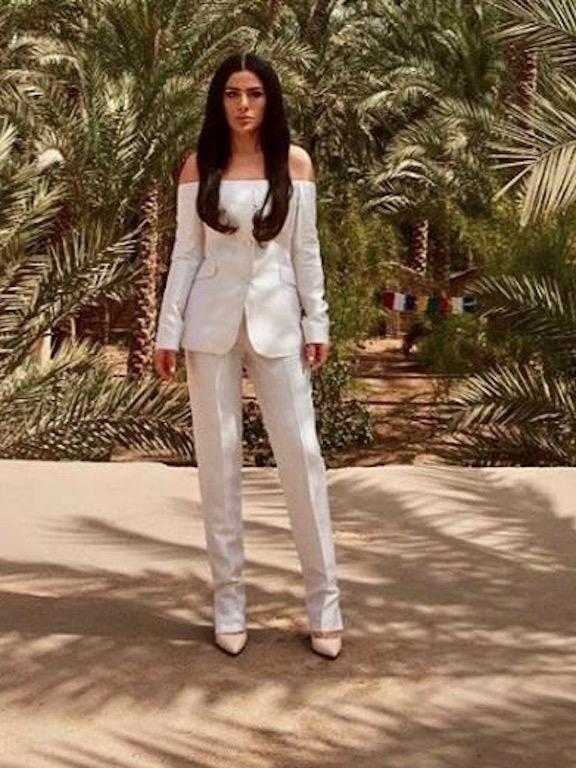 صبا مبارك في البدلة البيضاء
