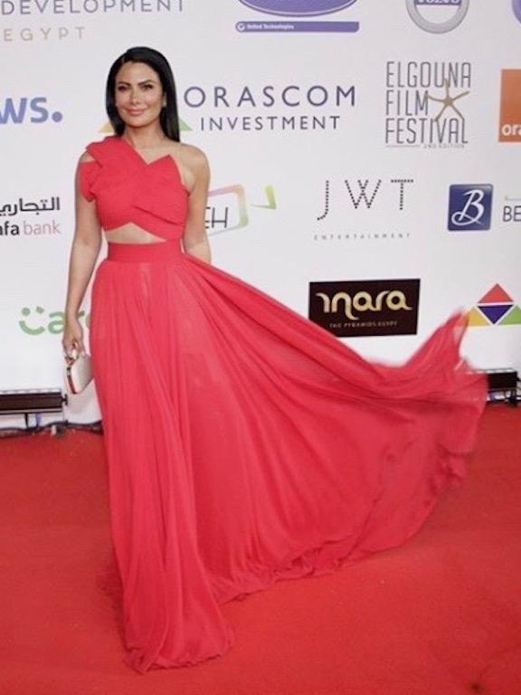 صبا مبارك في فستان أحمر شبابي