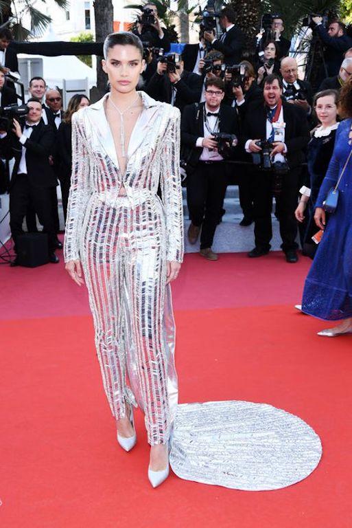 ساره سمبايو في بدلة باللون الفضي