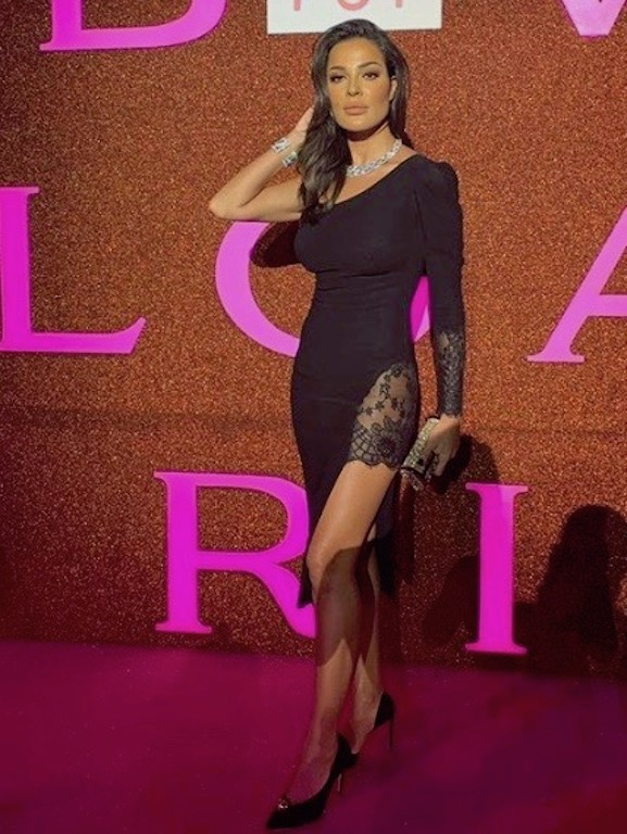 فستان أسود قصير خيار نادين نجيم على السجادة الحمراء