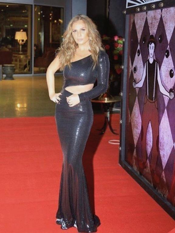 نيكول سابا في فستان من الترتر البراق
