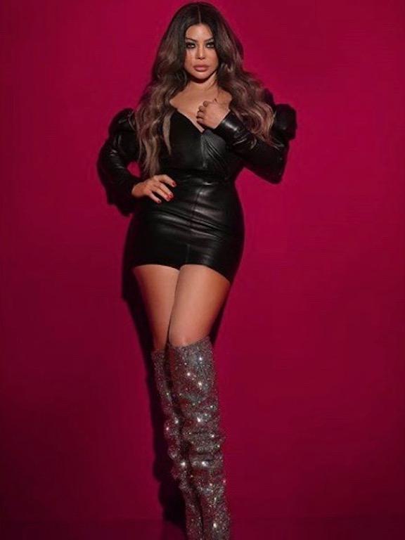 هيفاء وهبي في فستان أسود قصير وجزمة عالية براقة
