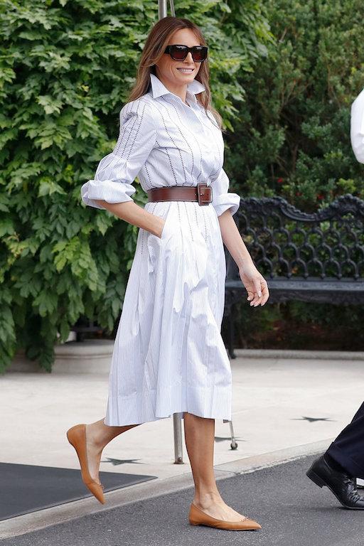 ميلانيا ترامب في فستان أبيض بقصة القميص