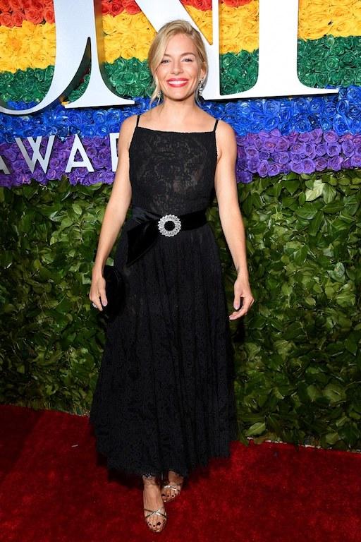 اطلالة ناعمة لسيينا ميلر في فستان باللون الأسود