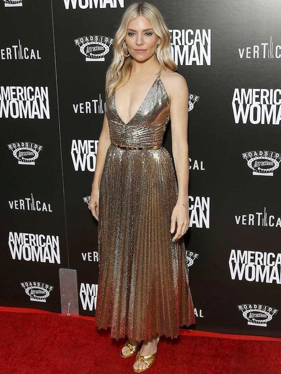 سيينا ميلر في فستان ميتالك من رالف لورين