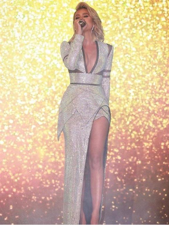 مايا دياب في فستان فضي براق على المسرح