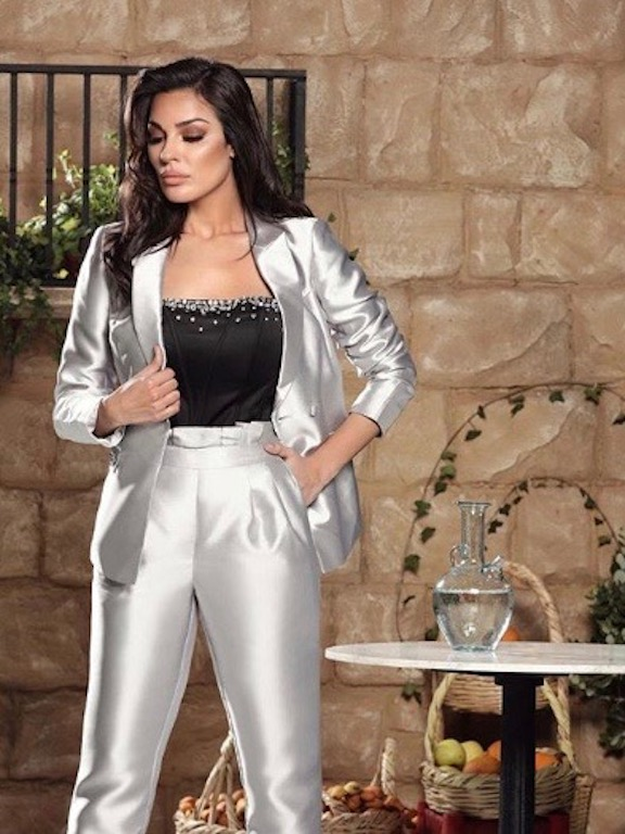 اطلالة عصرية اعتمدتها نادين نجيم في بدلة باللون الفضي