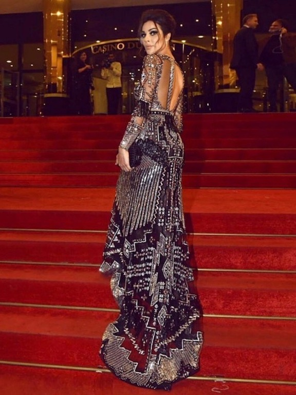 فستان براق باللونين الأسود والفضي خيار نادين نجيم على السجادة الحمراء
