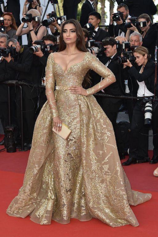 سونام كابور في فستان باللون الذهبي