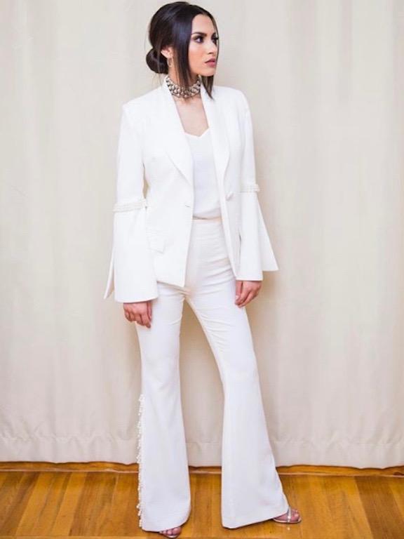كارمن سليمان في بدلة بيضاء
