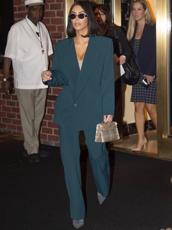 أناقة كيم كارداشيان في بدلة باللون الزيتي
