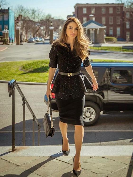 التنورة الميدي بأسلوب الملكة رانيا