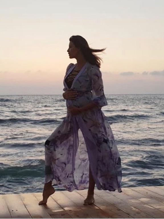 ريم سعيدي في فستان صيفي على البحر