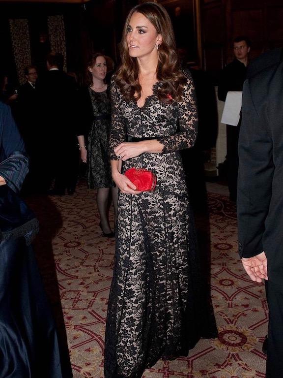 فستان راقٍ من الدانتيل الأسود تألقت به كايت ميدلتون