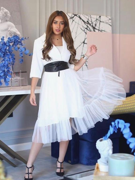 فرح الهادي في فستان باللون الأبيض