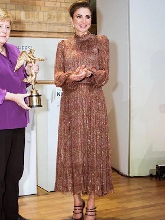 الملكة رانيا في فستان براق باللون الذهبي