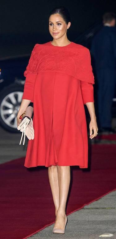 فستان باللون الأحمر من فالنتينو تألقت به ميغان ماركل