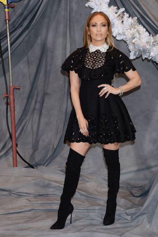 جنيفر لوبيز في فستان أسود قصير من فالنتينو