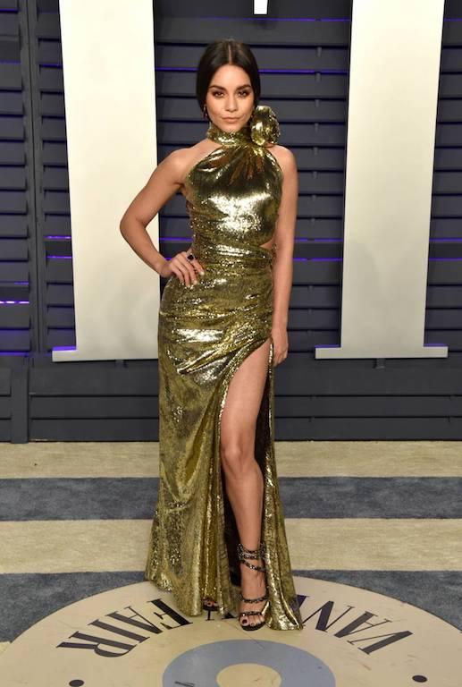 فانيسا هادجنز في فستان ذهبي من دنداس