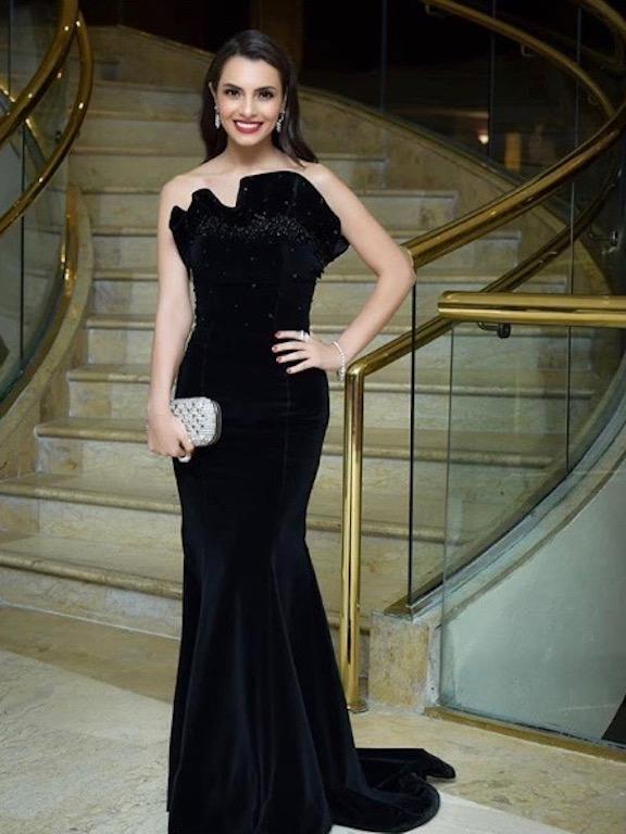 فستان مخمل أسود تألقت به كارمن سليمان
