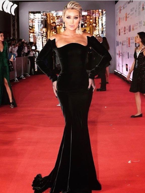 فستان من المخمل الأسود اختارته مايا دياب على السجادة الحمراء